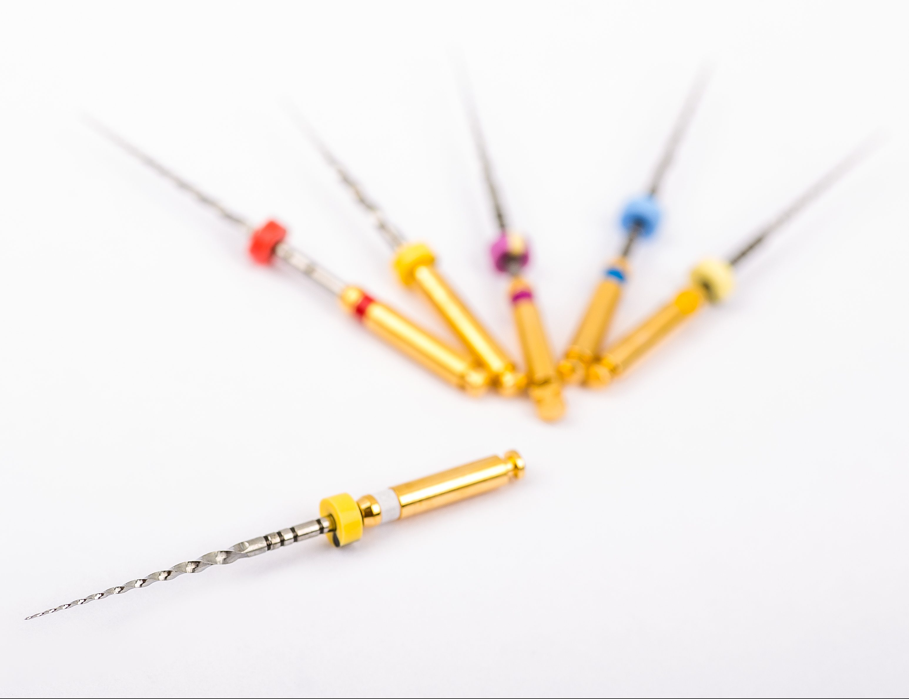Foto: (Isolated Dental Pro Tapers set for root canal treatment ) ©mielag: Shutterstock